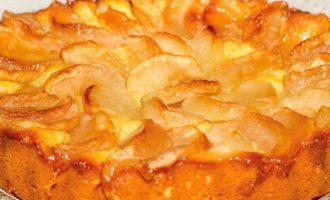 Шарлотка в мультиварке с яблоками