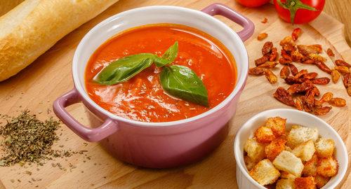 Томатный крем-суп с чесночными гренками