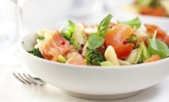 Салат-микс из рыбы, груши и помидорок