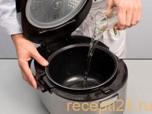 Наливаем воду в мультиварку