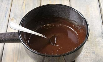 Шоколад ломается, и добавляется в сливочную массу