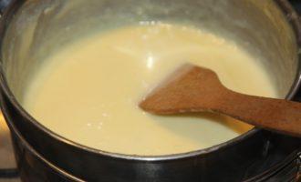В кастрюльку выливаются сливки, и высыпается сахарная пудра