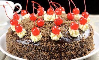 наносится украшение на торт