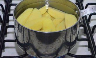 Выложить порезанный на части картофель в кастрюлю