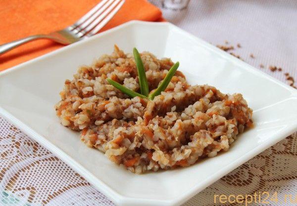 Гречка с морковью и луком в тарелке