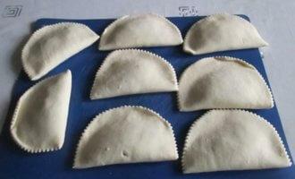 Замороженные чебуреки на сковороде