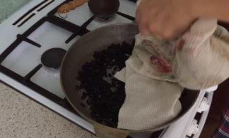 Как жарить семечки на сковороде