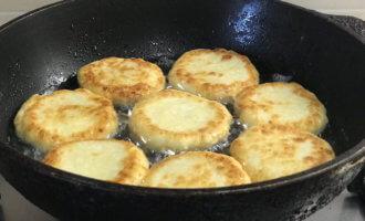 Как жарить сырники на сковороде