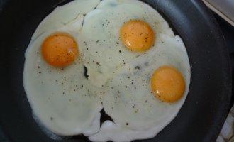 Добавляем соль и специи в яйца