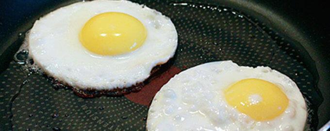 Жарить яичницу на сковороде
